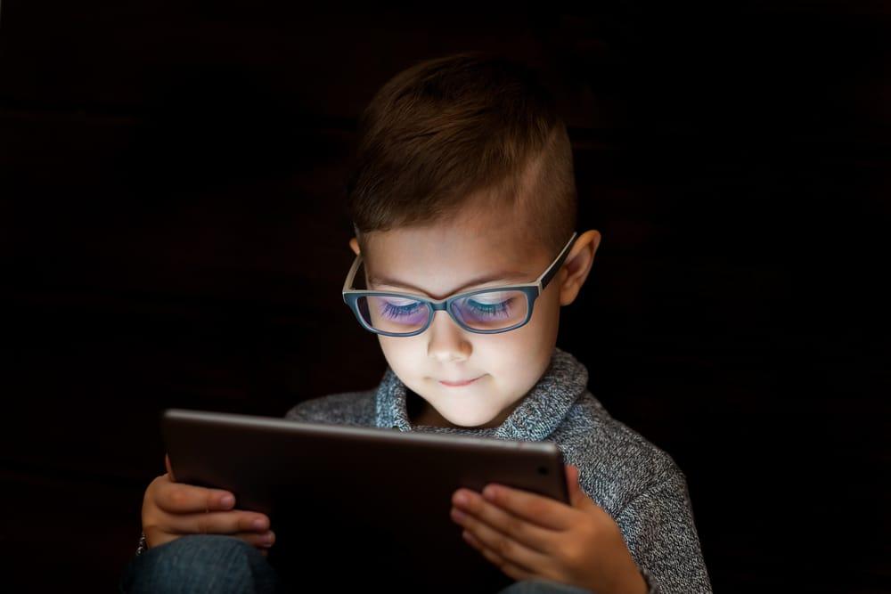 b48b1cec57 Las gafas para pantallas, como las Gafas Azul Protect, protegen nuestros  ojos de los efectos negativos que la luz azul, emitida por las pantallas de  ...