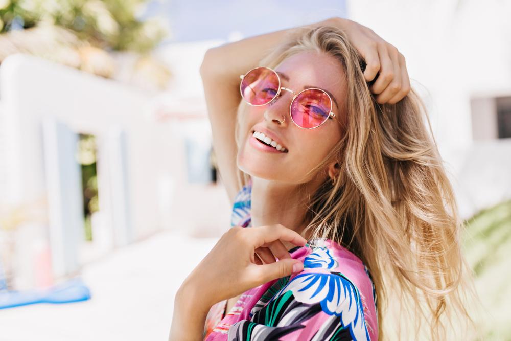 645a8656e1 Las gafas de sol protegen nuestra vista, pero también nos permiten llevar  un complemento para lucir a juego con nuestro look. Lejos de ser aburridas,  ...