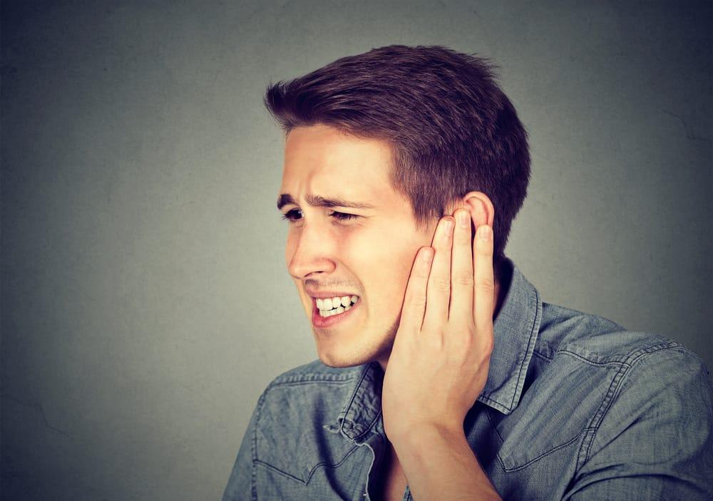 causas de los pitidos en el oido