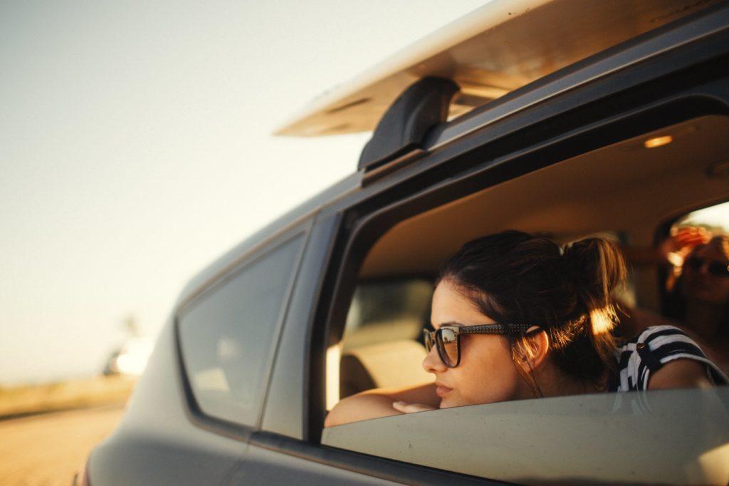 Chica en un coche con gafas polarizadas
