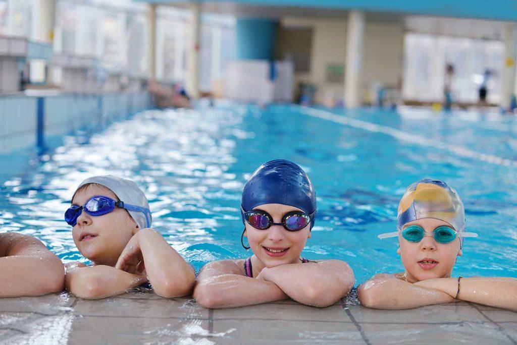 Protege tus ojos y oídos al practicar deporte con gafas y tapones para piscina