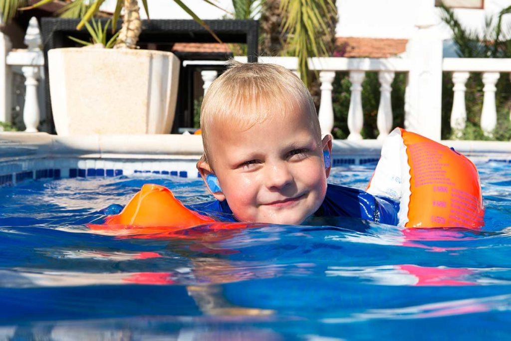 Protege tus oídos en la piscina con tapones a medida